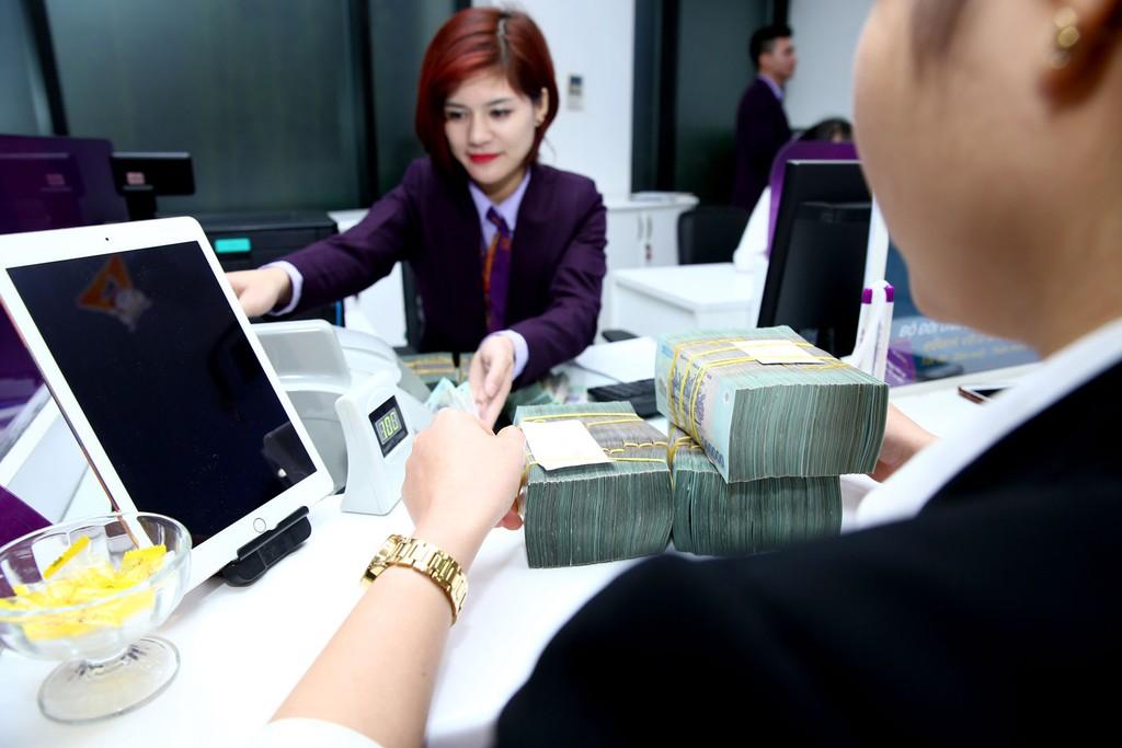 Việc tăng lãi suất huy động của các ngân hàng thương mại đang gây áp lực tăng lãi suất cho vay. Ảnh: Lê Tiên