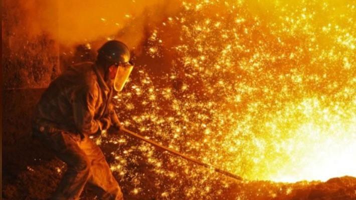 Một công nhân làm việc trong một nhà máy sản xuất thép ở Liêu Ninh, Trung Quốc, tháng 7/2018 - Ảnh: Reuters.