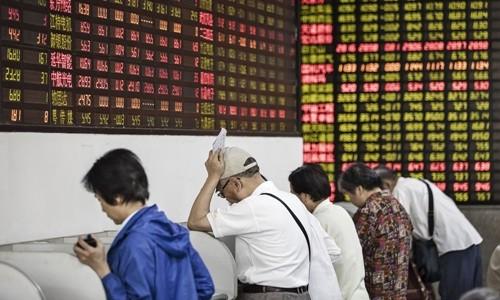 Nhà đầu tư tại một công ty môi giới chứng khoán ở Thượng Hải. Ảnh:Bloomberg