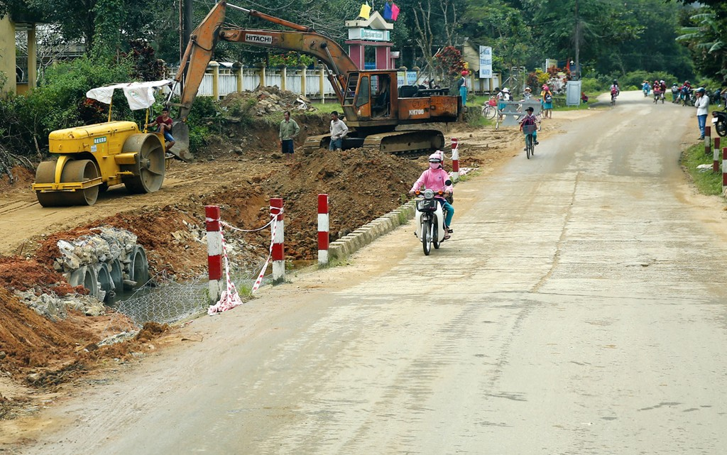 Công ty TNHH Xây dựng VN Nhật Minh cùng lúc thi công 3 gói thầu cải tạo, nâng cấp đường tại Hưng Yên. Ảnh: Nhã Chi