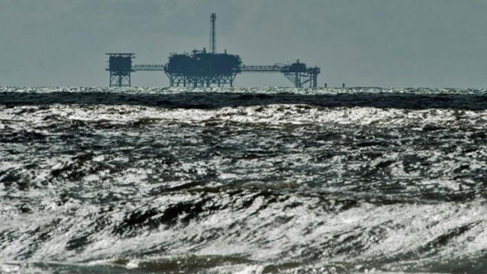Một giàn khoan dầu trên Vịnh Mexico, tháng 10/2013 - Ảnh: Reuters.
