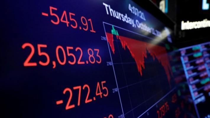 Bảng điện tử hiển thị diễn biến chỉ số Dow Jones của chứng khoán Mỹ phiên ngày 11/10 - Ảnh: Reuters.