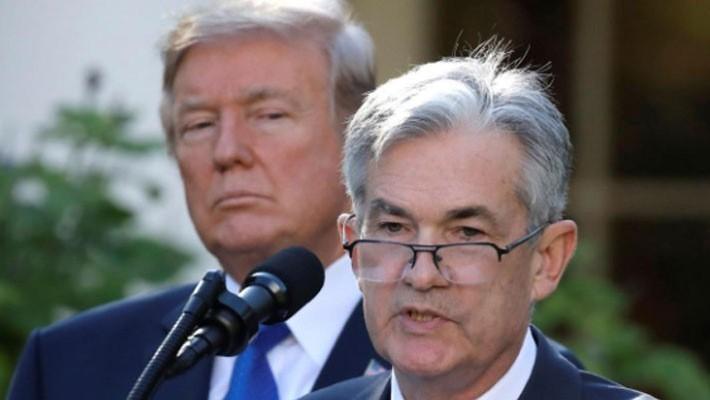 Tổng thống Mỹ Donald Trump (trái) đứng nghe ông Jerome Powell (phải) phát biểu tại Nhà Trắng vào tháng 11/2017, khi ông Powell còn là ứng cử viên cho cương vị Chủ tịch FED - Ảnh: Reuters.