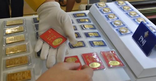 Giao dịch vàng miếng tại Công ty PNJ. Ảnh:Lệ Chi