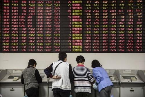 Nhà đầu tư Trung Quốc tại một công ty môi giới ở Thượng Hải. Ảnh:Bloomberg