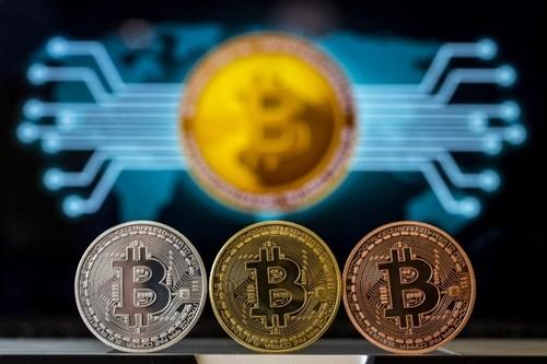 Tiền mô phỏng Bitcoin trưng bày trong một cửa hàng tại Israel. Ảnh:AFP