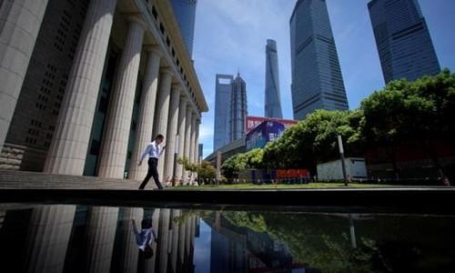 Một nhân viên làm việc tại quận tài chính Lujiazui ở Phố Đông (Thượng Hải). Ảnh:Reuters