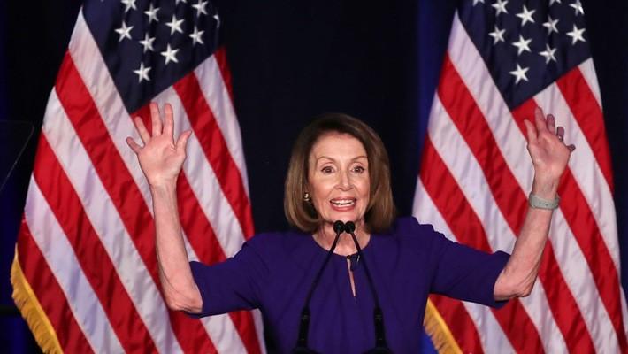 Thủ lĩnh phe Dân chủ tại Hạ viện Nancy Pelosi trước tin Đảng Dân chủ giành quyền kiểm soát Hạ viện, tối ngày 6/11 theo giờ Mỹ - Ảnh: Reuters/CNBC.