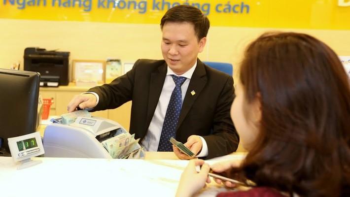 Nhu cầu từ tín dụng ngoại tệ chuyển sang vay VND, cộng hưởng thêm các nguyên nhân khác, góp phần kích thích lãi suất VND tăng lên gần đây - Ảnh: Quang Phúc.