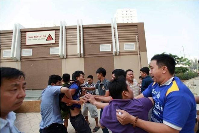 Nhóm người lạ tấn công cư dân. (Ảnh cắt từ clip)