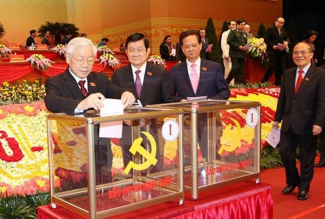 Các đồng chí lãnh đạo Đảng, Nhà nước và đại biểu bỏ phiếu bầu Ban Chấp hành Trung ương Đảng khóa XII. (Ảnh: TTXVN)