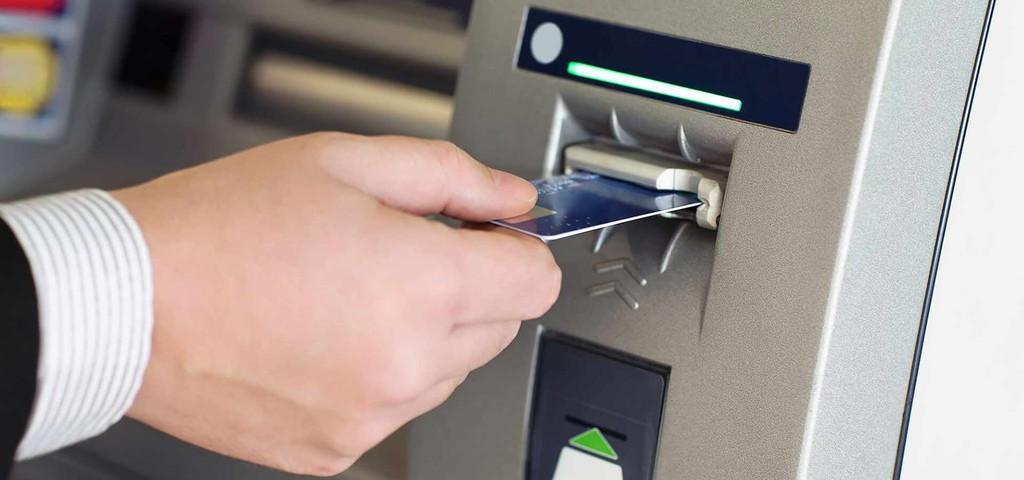 Cần hướng dẫn các biện pháp giao dịch an toàn tại ATM. Ảnh: Internet