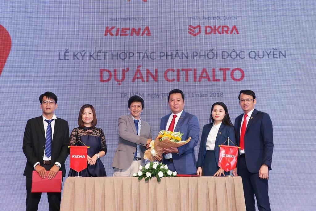 Công ty Cổ phần Kiến Á và Công ty Cổ phần DKRA Việt Nam thực hiện nghi thức ký kết hợp tác phân phối độc quyền dự án CitiAlto. Ảnh: N.N