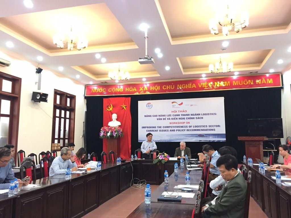 Ông Nguyễn Đình Cung, Viện trưởng CIEM phát biểu khai mạc Hội thảo Nâng cao năng lực cạnh tranh ngành logistics ngày 29/10/2018