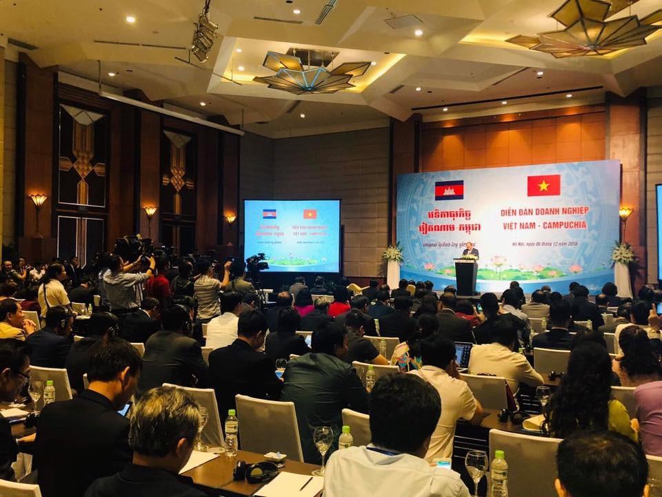 Thủ tướng Chính phủ Nguyễn Xuân Phúc phát biểu tại Diễn đàn Doanh nghiệp Việt Nam - Campuchia chiều 6/12, tại Hà Nội