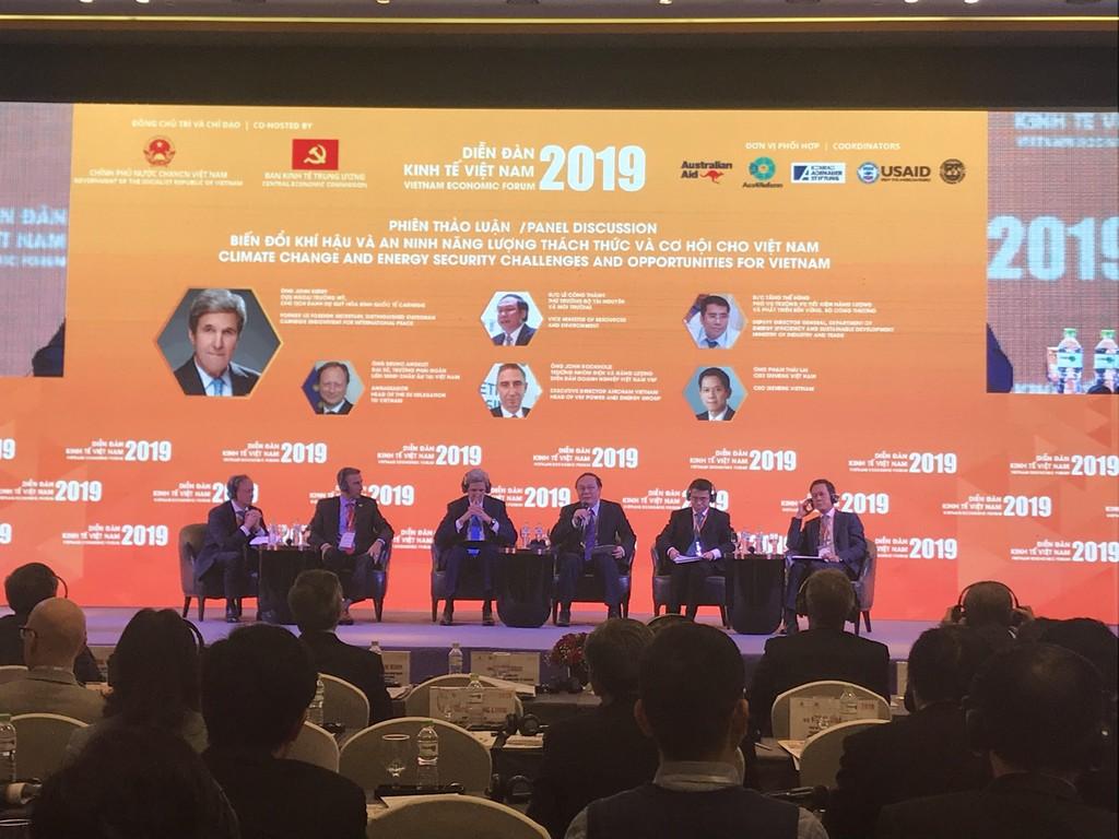 Các đại biểu tham dự Phiên thảo luận về Biến đổi khí hậu và an ninh năng lượng tại Diễn đàn Kinh tế Việt Nam 2019