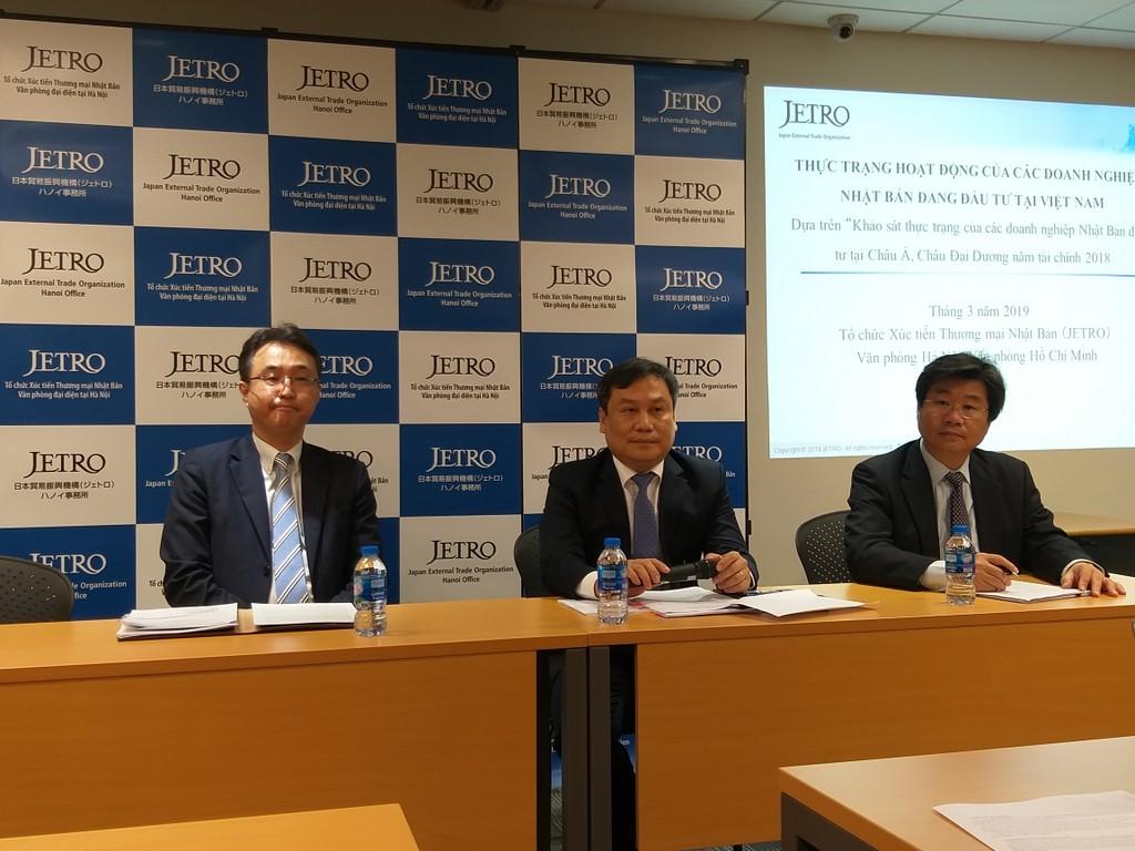 Thứ trưởng Bộ Kế hoạch và Đầu tư Vũ Đại Thắng (ngồi giữa) tham dự Họp báo và lắng nghe ý kiến đánh giá của doanh nghiệp Nhật Bản về tình hình sản xuất, kinh doanh tại Việt Nam