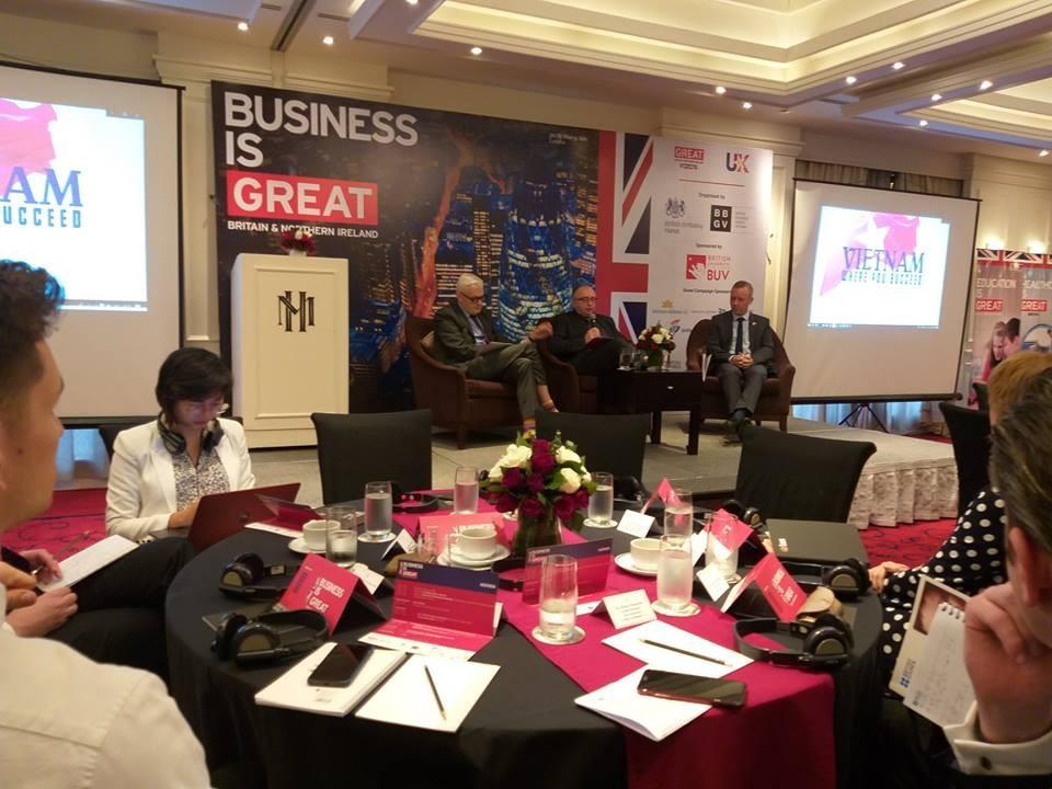 Đại sứ Anh tại Việt Nam và Đại diện Hiệp hội Doanh nghiệp Anh Quốc thảo luận tại Diễn đàn. Ảnh Bích Thủy