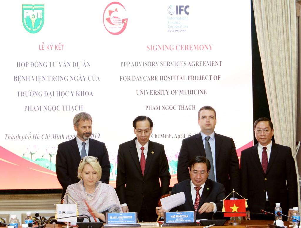 Đại diện IFC và Trường Đại học Y Phạm Ngọc Thạch ký hợp đồng dịch vụ tư vấn lập hồ sơ mời thầu Dự án
