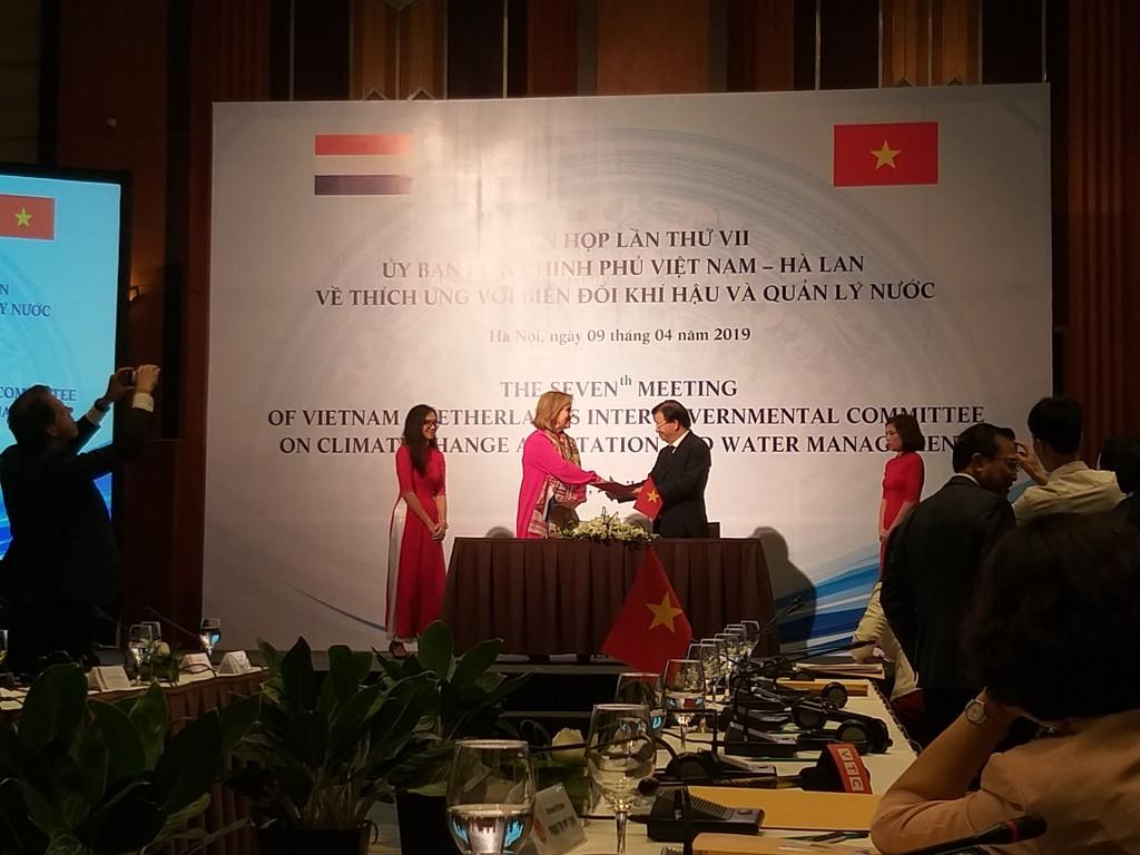 Phó Thủ tướng Trịnh Đình Dũng và Bộ trưởng Bộ Cơ sở hạ tầng và Quản lý nước  Hà Lan Cora van Nieuwenhuizen ký Biên bản ghi nhớ Phiên họp lần thứ 7 Ủy ban liên chính phủ Việt Nam - Hà Lan.  Ảnh: Bích Thủy