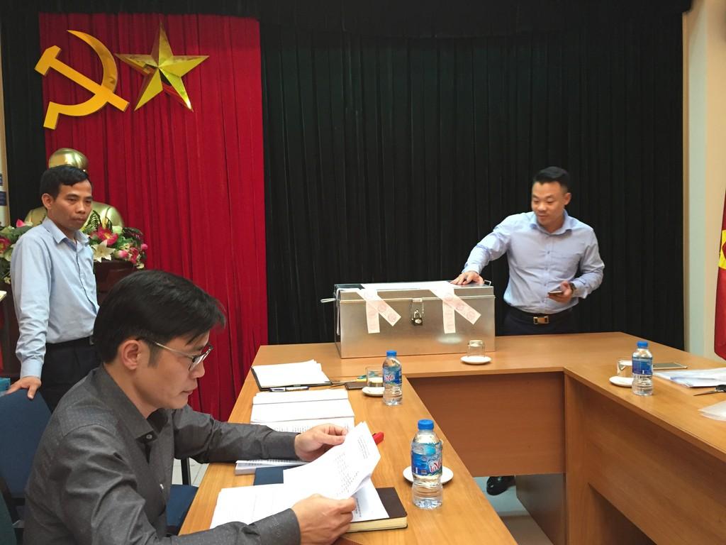 Đại diện Liên danh Viettel - Vietinf - VVT – ITD kiểm tra niêm phong hồ sơ đề xuất tài chính - ảnh Bích Thảo