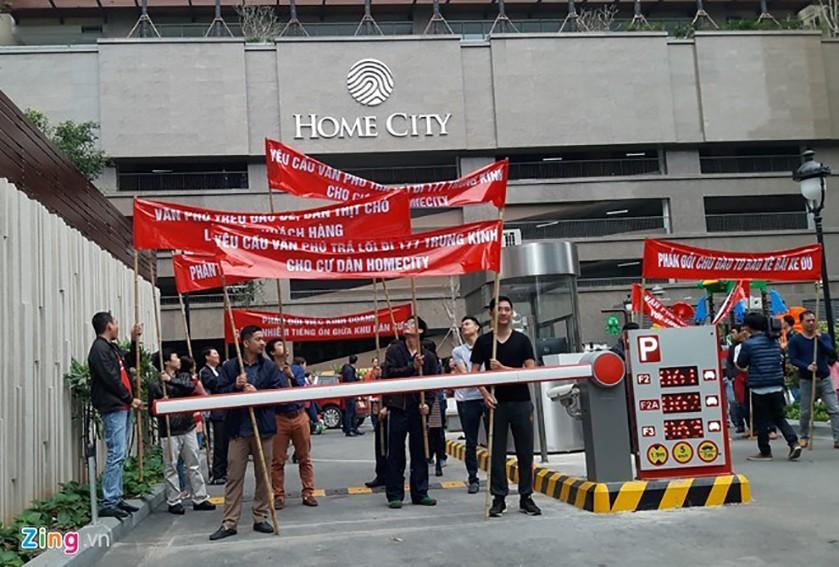 Cư dân Home City tuần hành phản đối chủ đầu tư.