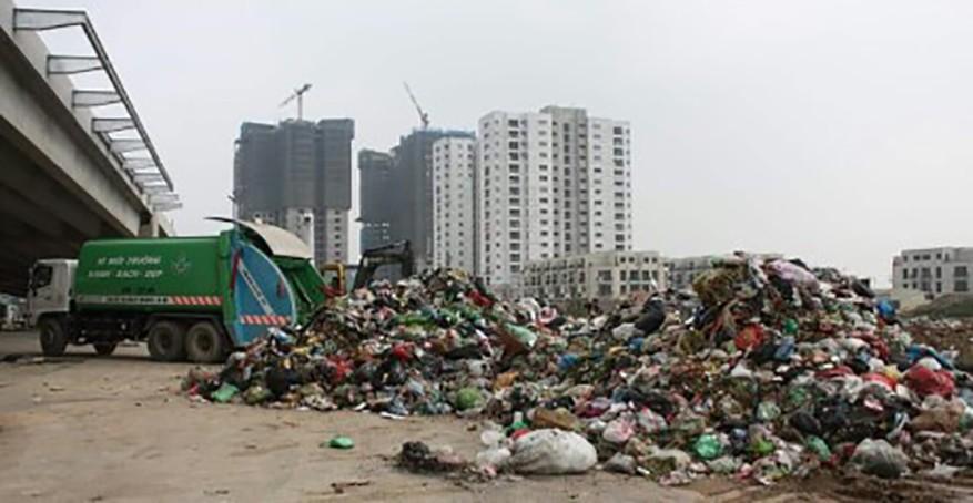 """""""Núi"""" rác thải gần 100 tấn được Cty Minh Quân đổ trộm ra địa bàn phường Xuân Phương (quận Nam Từ Liêm, TP.Hà Nội) ngày 5.3 khiến người dân rất bức xúc."""