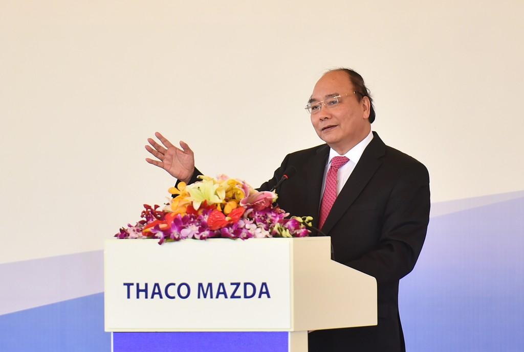 Thủ tướng Nguyễn Xuân Phúc đánh giá cao việc THACO hợp tác với Mazda để sản xuất ô tô tại Việt Nam theo công nghệ hiện đại. Ảnh: VGP
