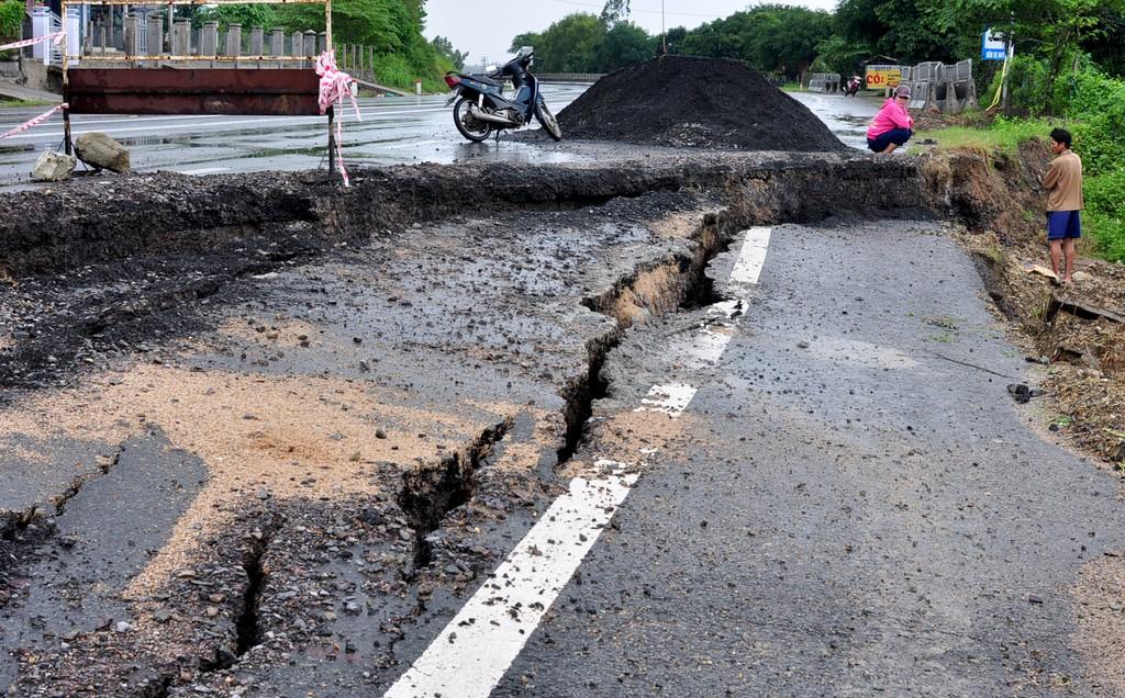 Quốc lộ 1 bị hư hỏng nặng sau bão.