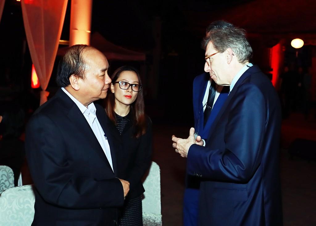 Thủ tướng nói chuyện với các doanh nhân trong buổi gặp gỡ. Ảnh: VGP