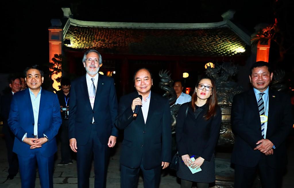 Thủ tướng gặp mặt các doanh nhân quốc tế tại Văn Miếu - Quốc Tử Giám - ảnh 1