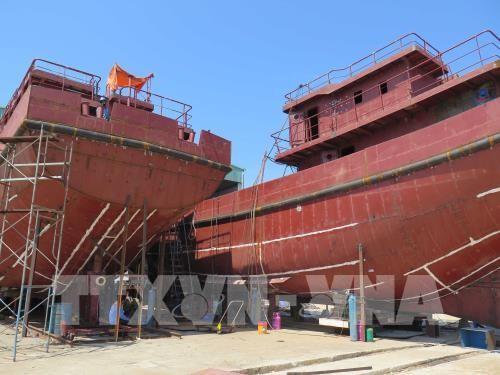 Hai tàu cá vỏ thép có công suất mỗi chiếc 900 CV đang được đóng mới tại Công ty cổ phần Thiên Hậu Phước, xã Tam Giang, huyện Núi Thành. Ảnh: TTXVN