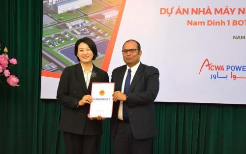 Tổ hợp nhà đầu tư gồm Công ty TaekWang (Hàn Quốc) và Công ty Acwa Power nhận Giấy Chứng nhận đăng ký đầu tư Dự án. Ảnh: TTXVN