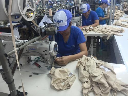 Công nhân ngành may sản xuất hàng xuất khẩu. Ảnh: BNEWS