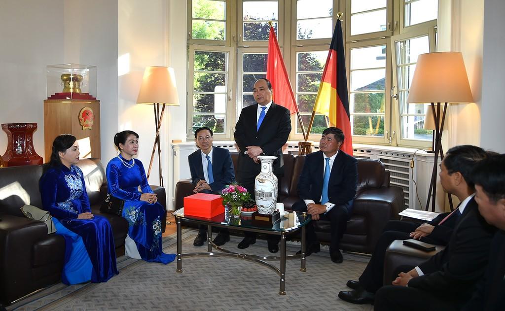 Thủ tướng Nguyễn Xuân Phúc tới thăm cán bộ, nhân viên Tổng Lãnh sự quán Việt Nam tại thành phố Frankfurt. Ảnh: VGP