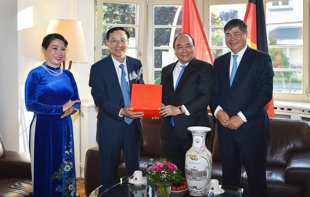 Thủ tướng Nguyễn Xuân Phúc thăm Tổng Lãnh sự quán Việt Nam tại Frankfurt - ảnh 1