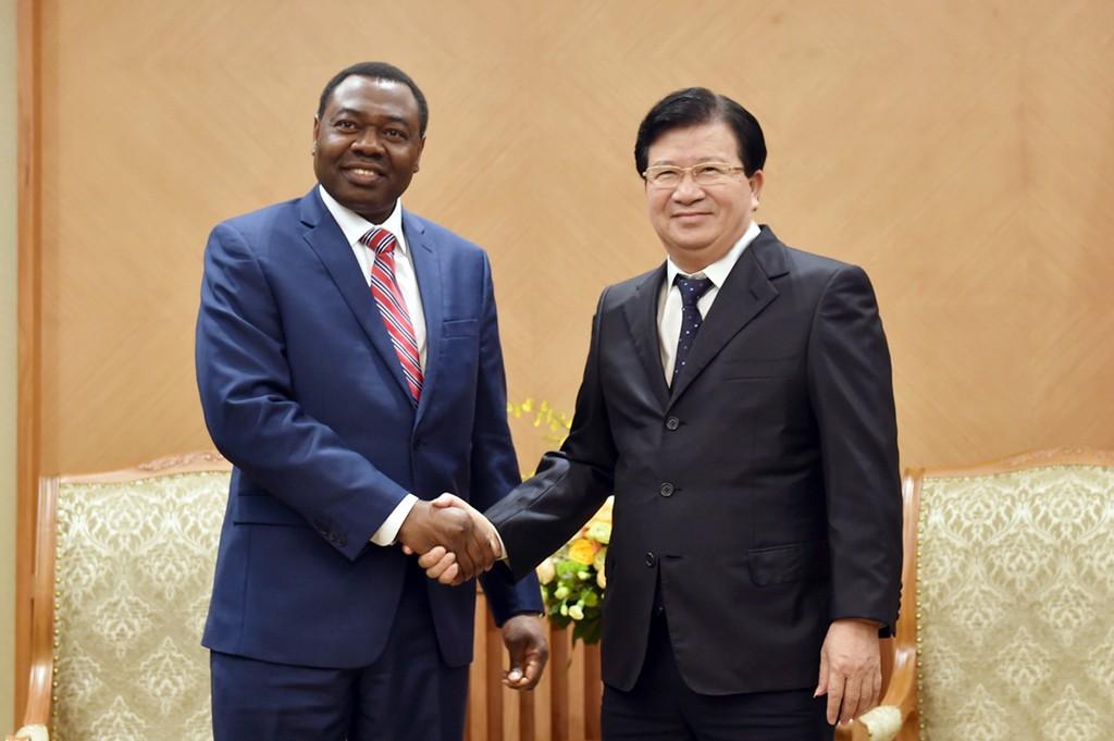 Phó Thủ tướng Trịnh Đình Dũng và  ông Olumuyiwa Benard Aliu, Chủ tịch Hội đồng ICAO. Ảnh: VGP