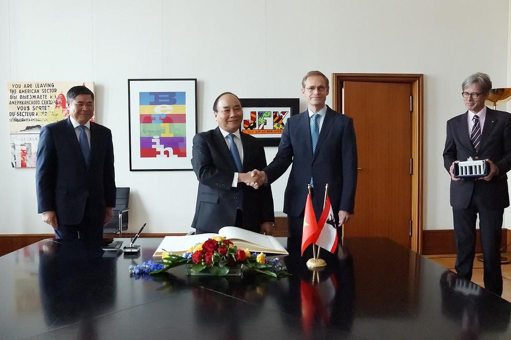 Thủ tướng Nguyễn Xuân Phúc làm việc với Thủ hiến bang kiêm Thị trưởng Thủ đô Berlin Michael Müller. Ảnh: VGP
