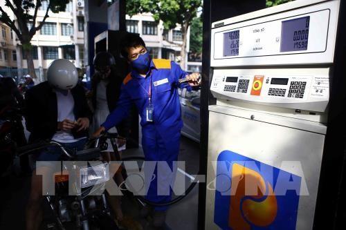 Khách hàng mua xăng tại cửa hàng xăng dầu số 9 Trần Hưng Đạo (Hà Nội). Ảnh: TTXVN