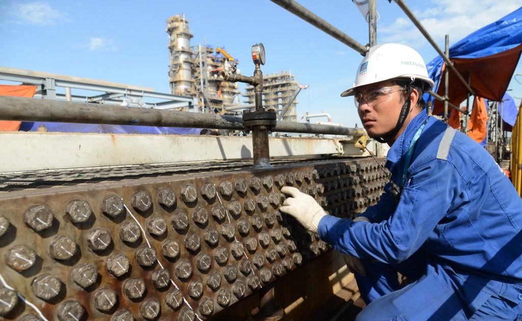 Kỹ sư Vũ Quang Thượng kiểm tra các thiết bị làm mát bằng không khí