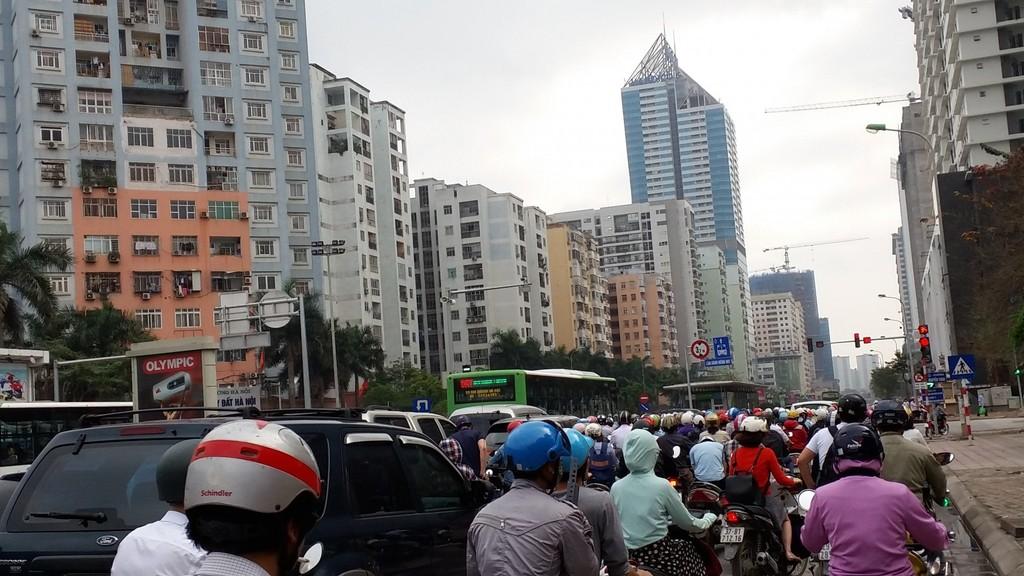 Nhà cao tầng gây ùn tắc trên phố Lê Văn Lương.
