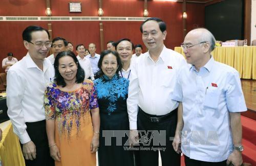 Chủ tịch nước Trần Đại Quang trao đổi với các cử tri. Ảnh: TTXVN