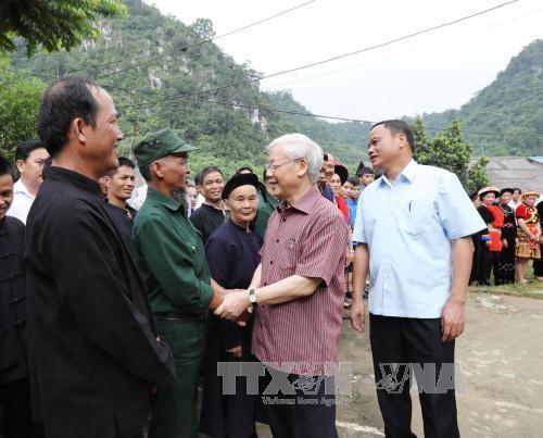 Tổng Bí thư Nguyễn Phú Trọng thăm hỏi bà con các dân tộc tỉnh Bắc Kạn. Ảnh: TTXVN