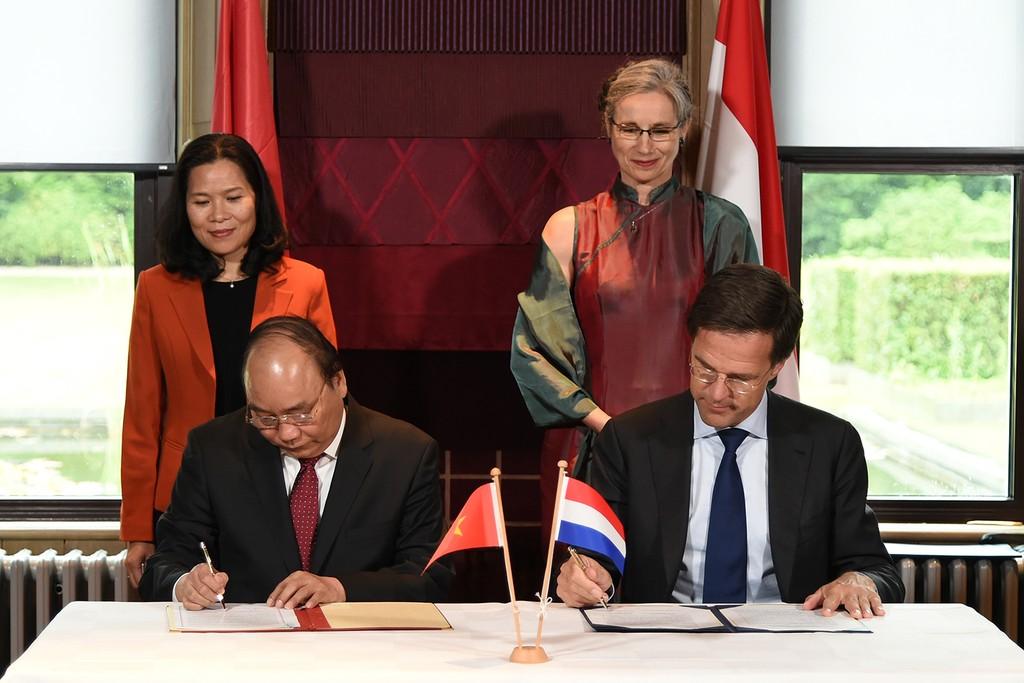 Hai Thủ tướng ký ý định thư giữa Chính phủ nước CHXHCN Việt Nam và Chính phủ Hà Lan về tạo thuận lợi triển khai các dự án chuyển đổi quy mô lớn để phát triển bền vững Đồng bằng sông Cửu Long. Ảnh: VGP