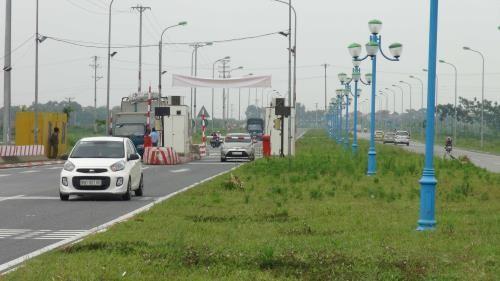 Các phương tiện giao thông lưu thông trên đường trục Trung tâm khu đô thị mới Mê Linh vào Quốc lộ 2 sẽ phải nộp phí từ ngày 11/7/2017. Ảnh: TTXVN