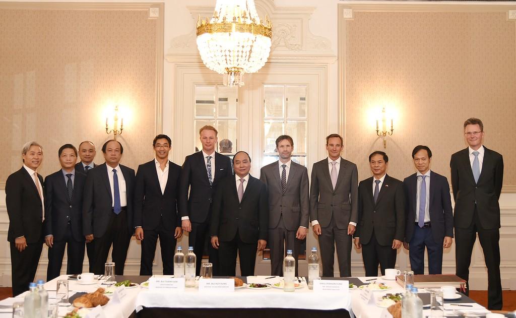 Thủ tướng Nguyễn Xuân Phúc làm việc với một số doanh nghiệp hàng đầu Hà Lan trong một số lĩnh vực như tài chính, năng lượng, đầu tư gián tiếp. Ảnh: VGP