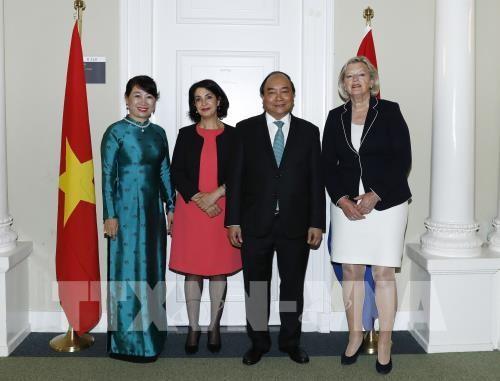 Thủ tướng Nguyễn Xuân Phúc và Phu nhân với Chủ tịch Thượng viện Ankie Broekers – Knol (bên phải) và Chủ tịch Hạ viện Khadija Arib. Ảnh: Thống Nhất-TTXVN