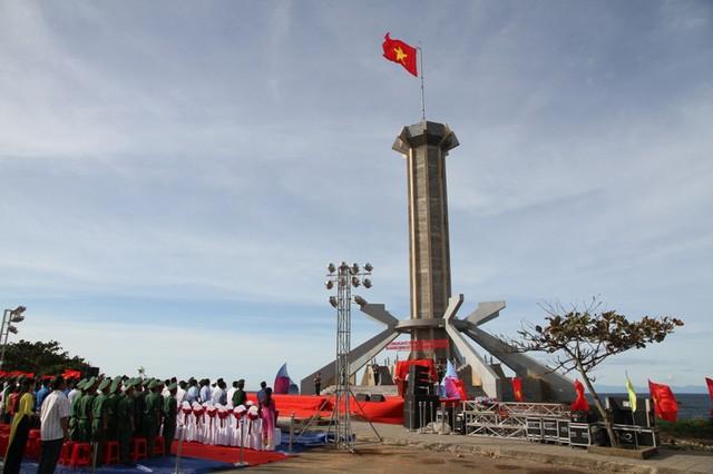 Lễ khánh thành cột cờ đảo Cồn Cỏ. Ảnh: Báo Dân trí
