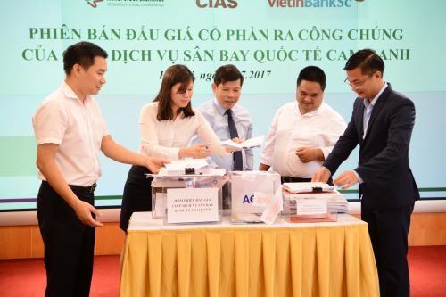 Các cán bộ Ban Đấu giá HNX đang kiểm tra hòm phiếu tại phiên đấu giá CTCP Dịch vụ Sân bay Quốc tế Cam Ranh. Ảnh: HNX