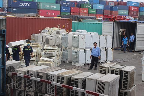Hàng trăm bộ máy lạnh, tủ lạnh, máy giặt đã qua sử dụng bị bắt giữ. Ảnh: Báo Hải quan